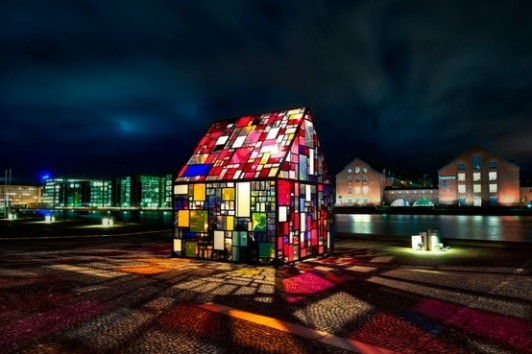 Tom Fruins outdoor sculpture_Kolonihavehus_in the plaza of the Royal Danish Library